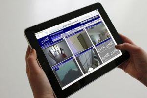 Mit dem iPad kann live auf Kameras geschaut und Überwachungsvideos abgespielt werden.